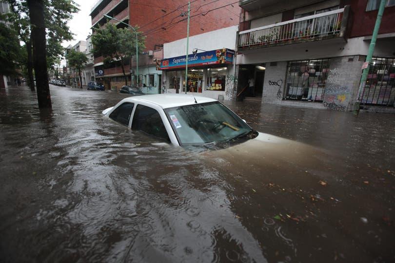 Un auto tapado por el agua en Belgrano luego de que un feroz aguacero cayera sobre la ciudad de Buenos Aires, 9 de noviembre. Foto: LA NACION / Ricardo Pristupluk