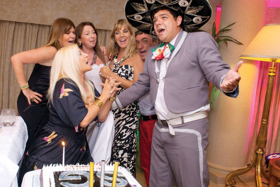 Susana, Teté Coustarot, Sofía Neiman y Daniel Mañas cantando con un mariachi. Foto: /Tadeo Jones