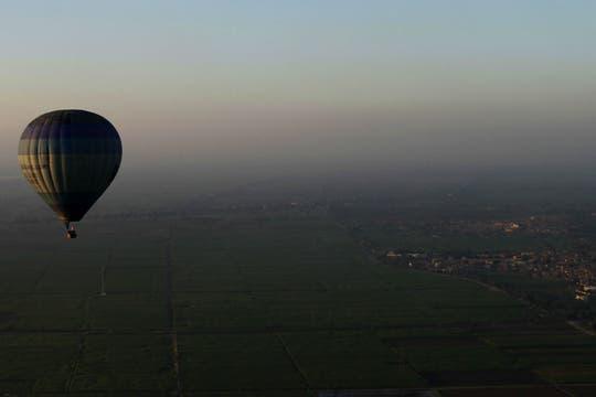 Un globo aerostático se precipitó a tierra desde unos 300 metros, matando a 18 turistas en la ciudad de Luxor, Egipto. Foto: AP