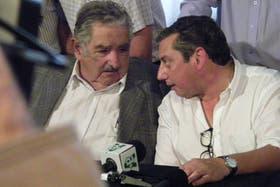 """Momento en el que José """"Pepe"""" Mujica intercambia las polémicas palabras sobre los Kirchner con el intendente de Florida, Carlos Enciso"""