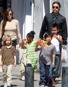Angelina Jolie, junto a su esposo, Brad Pitt, y sus hijos,archivo