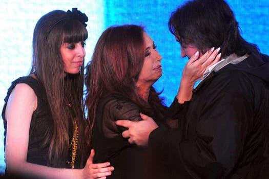 Florencia y Máximo Kirchner, en un afectuoso saludo a su madre cuando fue reelecta en 2011. Foto: Archivo