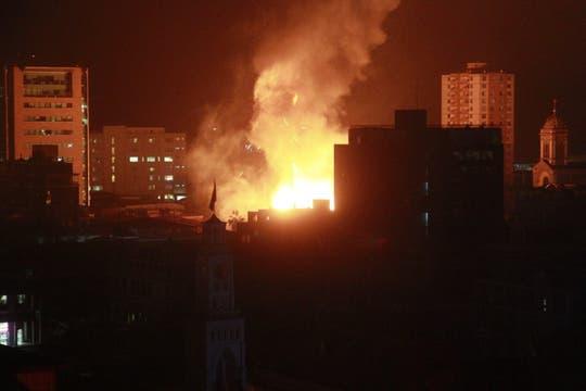 Un incendio de grandes proporciones en el casco histórico de la ciudad de Iquique, tras el fuerte temblor. Foto: EFE