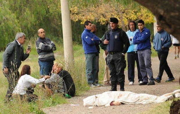 Los turistas que acompañaban a la víctima, consternados, junto al cadáver