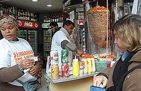 En Corrientes y Pueyrredón se vende comida de estilo oriental al paso y sin autorización