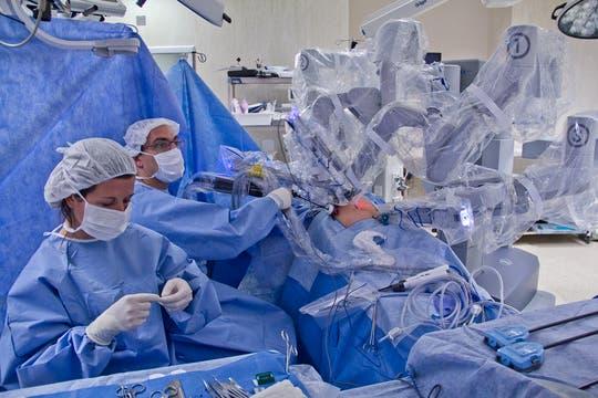 El robot en plena acción es observado por los asistentes del cirujano en todo momento. Foto: LA NACION / Sebastián Rodeiro