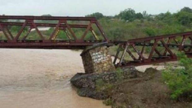 El puente Villa Los Sauces cedió debido a las lluvias intensas que afectan la zona.
