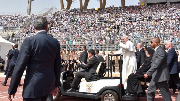 Durante la misa, Francisco envió un mensaje de aliento a la minoría católica de Egipto. Foto: AP / L Osservatore Romano