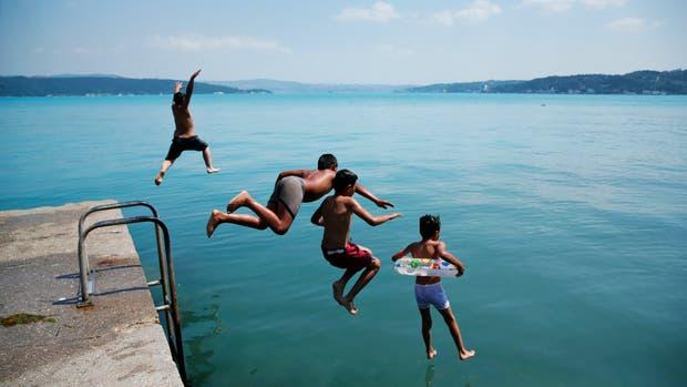 Niños saltando al estrecho de Bósforo