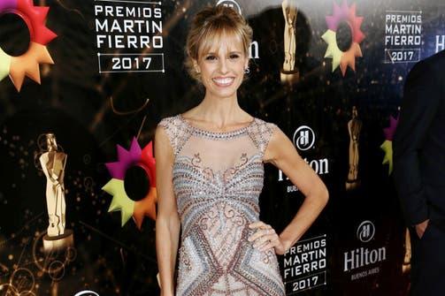 La conductora del evento tuvo dos cambios. Para la primera parte de la ceremonia eligió un vestido de Gabriel Lage bordado a mano en color plata y carmín.