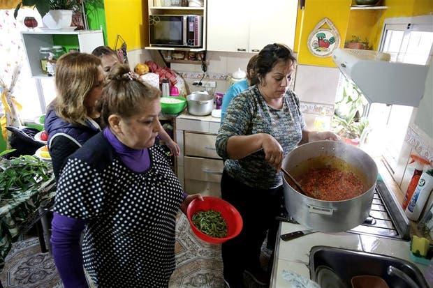 Fanny Mejías y Rocío Mazuelos lideraron ayer la preparación del almuerzo