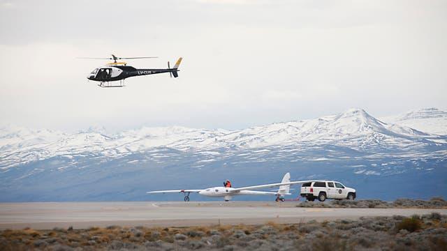 El planeador Perlan II listo para un vuelo más de prueba y a punto de ser remolcado