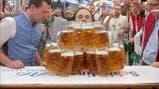Un alemán bate el récord mundial transportando 29 jarras de cerveza a la vez