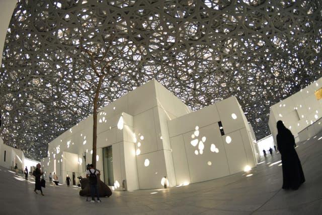 La majestuosa cúpula, perforada por estrellas que dejan entrar el sol al patio central de la construcción
