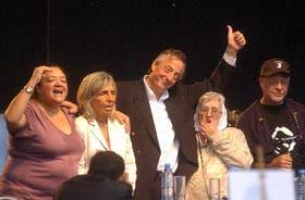 En el estrado central, Silvia Ditoffino (H.I.J.O.S.), Sonia Torres (Madres), Emilia Dambras (Abuelas) y León Gieco acompañaron al presidente Kirchner