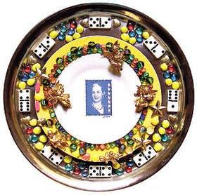 Platos, fichas de dominó, bolitas y una estampilla para El mito