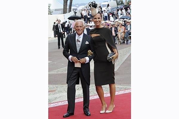 Giorgio Armani, el diseñador del vestido de Charlene, fue a la boda acompañado por su sobrina Roberta, quien lució una de sus creaciones. Foto: Reuters/AP/AFP/EFE