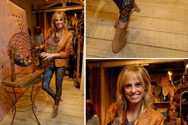 Mariana Fabbiani también pasó por la fiesta de Rapsodia con un look muy western: botitas cortas, leggings estampadas y camperita de cuero. Foto: Mass PR