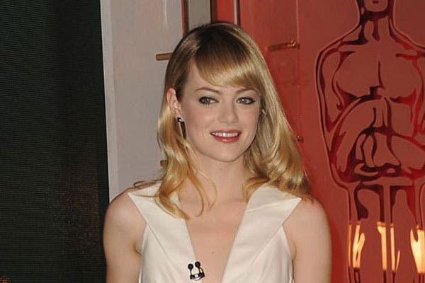 Con el pelo ondulado, Emma Stone se peinó con el flequillo bien lacio y hacia un costado. Foto: Celebritieswonder.net