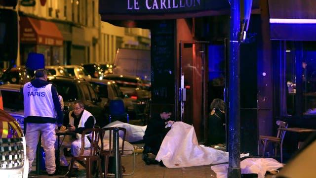 Momentos posteriores al ataque, cuando la policía llegó a uno de los bares atacados