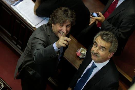 Amado Boudou pasó por el recinto de Diputados a saludar a los legisladores del Frente para la Victoria; en la foto, con Rossi. Foto: LA NACION / Aníbal Greco