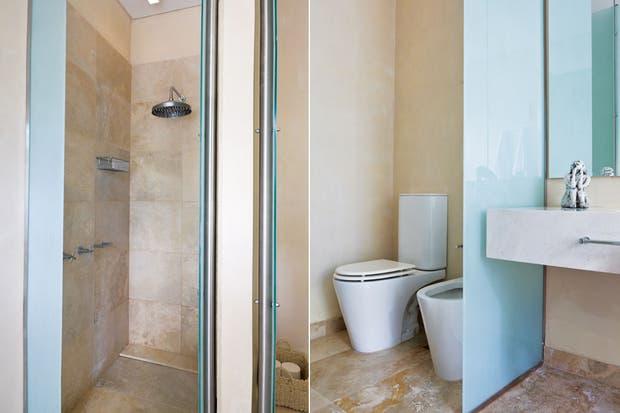 La reforma de este baño estuvo a cargo de la arquitecta Dolores Otamendi, que apostó por un abordaje clásico. Separando el sector de los sanitarios 'Marina' de Ferrum (Barugel Azulay), un panel de vidrio esmerilado con estructura de acero inoxidable.  /Santiago Ciuffo