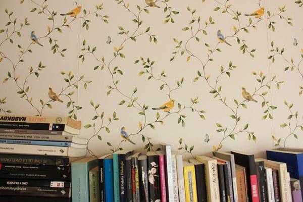 Empapelado de pájaros en la biblioteca de Jime y Fer.