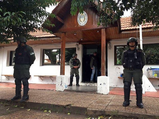 Gendarmes custodian la comisaría de Llavallol, donde fueron detenidos tres policías bonaerenses
