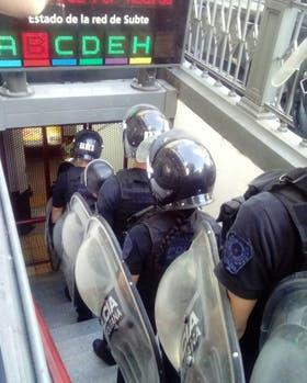 Asi llegan efectivos de la metropolitana a la estaciób Malabia