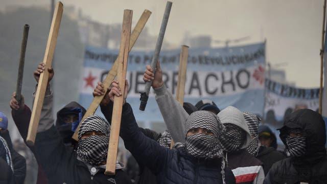 Integrantes de la agrupación Quebracho, encapuchados y con palos, participaron de la protesta