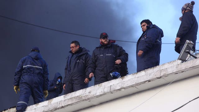Los trabajadores resisten sobre los techos