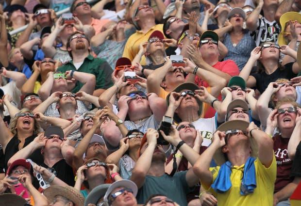 Todos fascinados por el eclipse en Ilinois