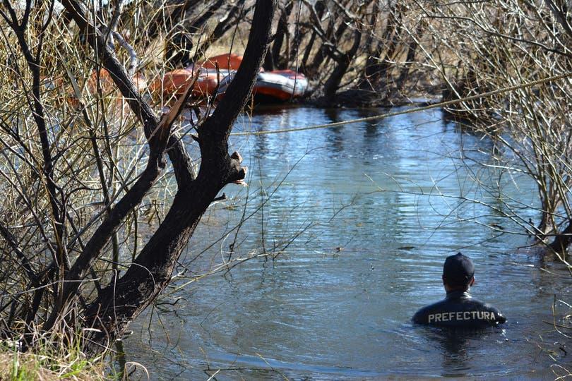 Buzos tácticos de la Prefectura y de la Policía Federal también inspeccionaron de forma exhaustiva ambas márgenes del serpenteante río Chubut.
