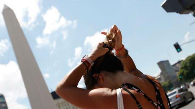 Sigue la alerta roja en la ciudad por el calor en carnaval: qué precauciones hay que tomar