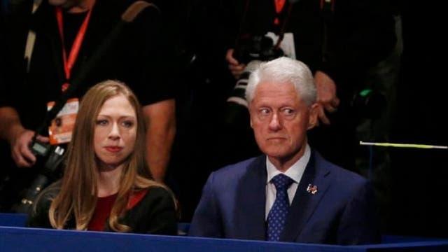 Bill Clinton, expresidente y marido de Hillary Clinton, junto a la única hija del matrimonio, Chelsea, durante un debate presidencial que abordó temas personales de su familia.