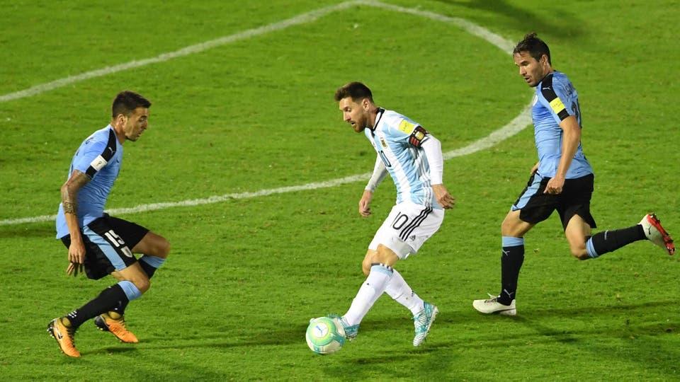 Messi imparable elude a Matias Vecino y Alvaro Gonzalez. Foto: Reuters / Pablo Porciuncula Brune