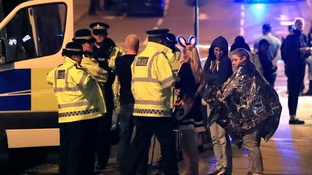 La policía local rodea el Manchester Arena, tras las explosiones.