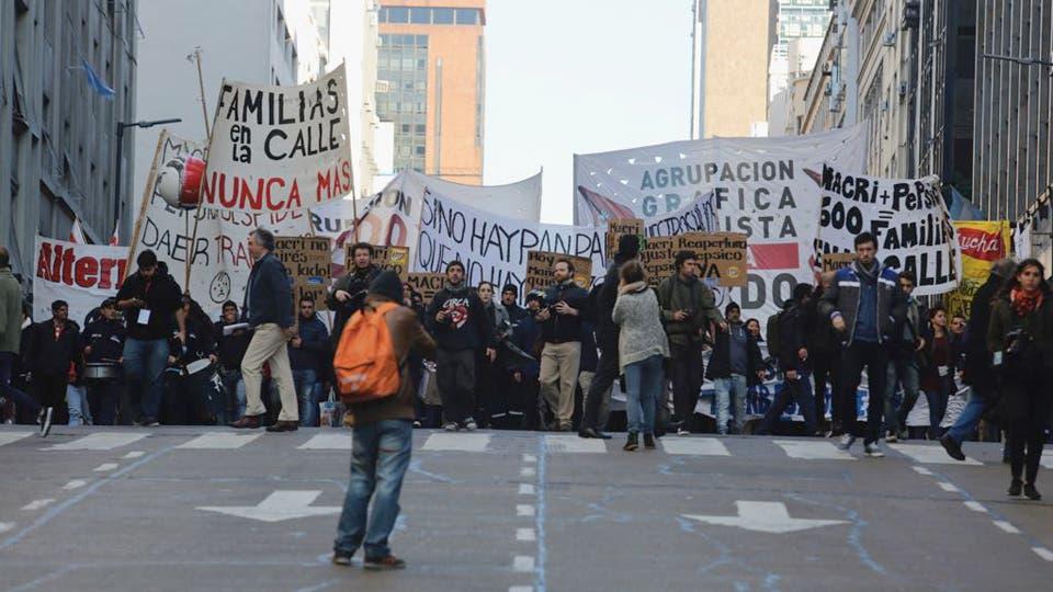 Los trabajadores marchan por Correintes hacia Alem. Foto: LA NACION / Ricardo Pristupluk