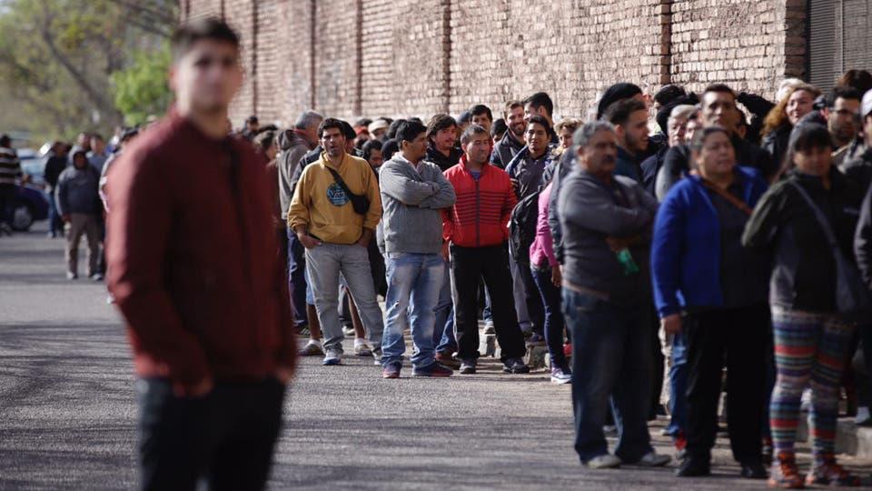 Muchas personas quedaron afuera y muchos quisieron colarse lo que generó algunos incidentes. Foto: LA NACION / Marcelo Aguilar