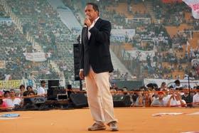 """Sobre un ring, con mensajes de fe y de amor, el gobernador cerró con una celebración el año más tirante con la Casa Rosada; su tropa festejó que """"su apuesta se mantiene"""""""