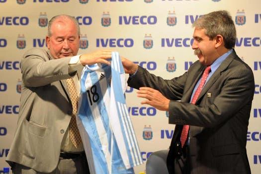 El 17 de febrero de 2010, en la firma de un sponsor para los torneos, junto a Aníbal Fernández. Foto: Archivo