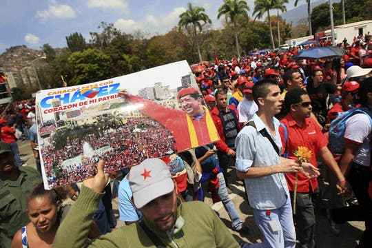 Miles de venezolanos hacen fila para dar el último adiós al presidente, que es velado con el féretro abierto en la Academia Militar. Foto: EFE