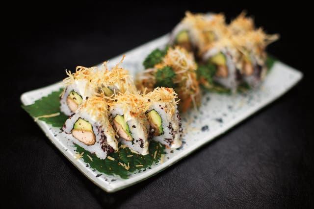 SENCILLO Y RÁPIDO Esparcir sobre el sashimi una capa de shiso fresco y cebolla de verdeo bien picados. Acompañar con salsa de soja, gotas de limón y jengibre rallado.