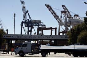 Trabajadores que bloqueaban los puertos de Buenos Aires y Dock Sud hacía dos días decidieron levantar la protesta