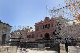 Ayer, hubo incesante actividad en la Plaza de Mayo para preparar el acto que convoca el Gobierno para esta tarde
