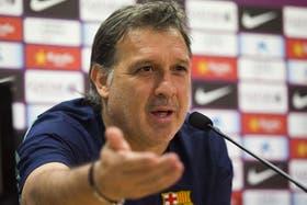 Martino charla en la conferencia de prensa, donde confirmó que Messi será titular