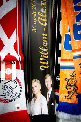 Todo tipo de artículos con la imagen de los futuro reyes ya se venden en Holanda, como estas bufandas