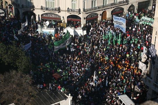 Miles de personas se acercaron a la plaza para escuchar al líder de la CGT. Foto: LA NACION / Mariana Araujo