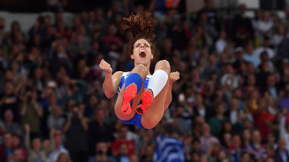 Ekateríni Stefanídi, de Grecia, gana el oro en la final del torneo femenino de atletismo de salto de garrocha. Foto: AFP