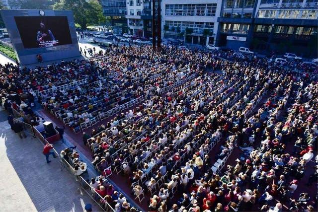 No alcanzaron las sillas: hubo unas 4000 personas junto a la 9 de Julio